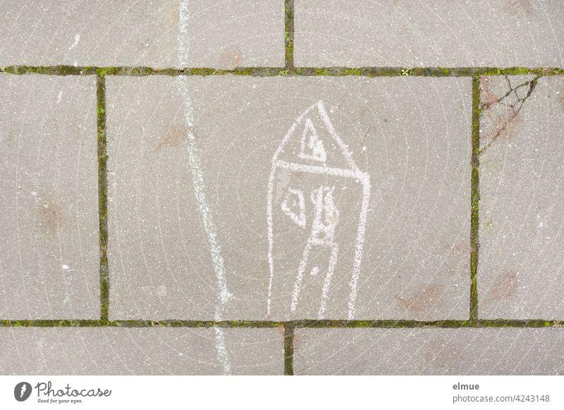 Auf die Gehwegplatten hat ein Kind mit weißer Kreide ein Haus und einen Weg gemalt / Kreativität Kinderzeichnung Steinplatten Fugen malen Freizeit beschäftigen