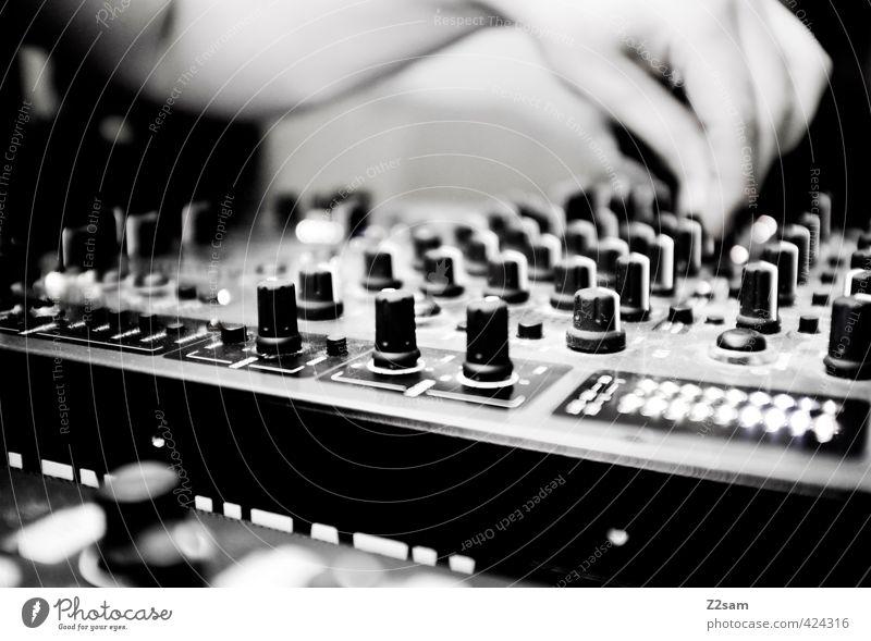 DJ D-O-M Stil Musikmischpult Hand 1 Mensch berühren drehen Feste & Feiern festhalten Musik hören Coolness eckig trendy retro trashig Regler Finger Diskjockey