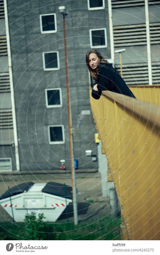 eine Frau steht auf einer Brücke und schaut  nachdenklich nach unten 1 Junge Frau Gefühle Brückengeländer Frauengesicht brünett Gesicht Frauenaugen Denken