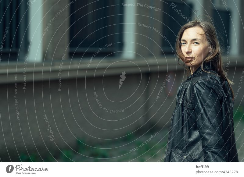 die Frau blickt über die Schulter in die Kamera Junge Frau 18-30 Jahre lässig Stil portraite lieblich authentisch Mode Blick Auge elegant Bewegung Gesicht