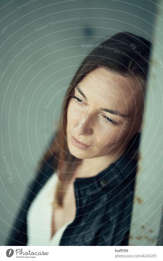 die Frau wendet nachdenklich den Blick ab 1 Junge Frau unscharfer Hintergrund Gefühle Frauengesicht brünett Gesicht Frauenaugen Denken Stimmung besinnlich