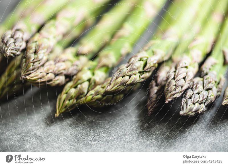 Frischer Spargel auf dem Tisch. grün frisch Lebensmittel grau Selektiver Fokus abschließen Gemüse Gesundheit roh organisch Verdunstung gebunden Vegetarier