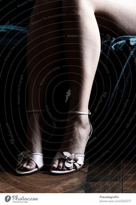 Chic elegant Stil schön Haut Leben ausgehen Mensch feminin Junge Frau Jugendliche Körper Beine Fuß 1 18-30 Jahre Erwachsene Mode Schuhe Damenschuhe sitzen