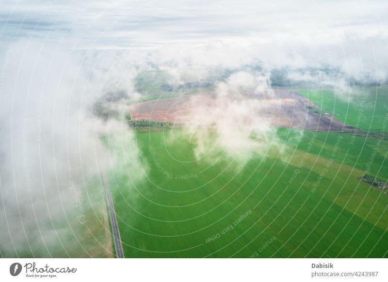 Luftaufnahme einer Sommerlandschaft mit Wolken Landschaft Cloud vorbei Flug Feld Antenne im Freien Himmel blau Ansicht hoch Fliege Atmosphäre Unwetter weiß