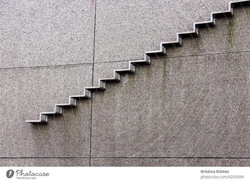 die treppe ins leere stufen treppenstufen fassade gebäude außen draußen ende nichts frei architektur rauf runter aufwärts abwärts waghalsig gefährlich unsicher
