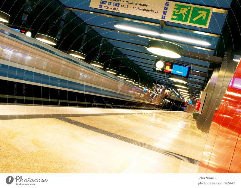 U-Bahn verpasst blau gelb hell London Verkehr Geschwindigkeit modern neu Ecke Verkehrsmittel München Station Tunnel U-Bahn Bahnhof Anzeige