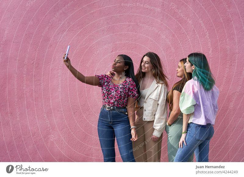 Gruppe von multiethnischen Mädchen nehmen ein Selfie mit Smartphone Menschengruppe Glück unter Telefon Funktelefon Kaukasier hispanisch Afro-Look Ethnizität