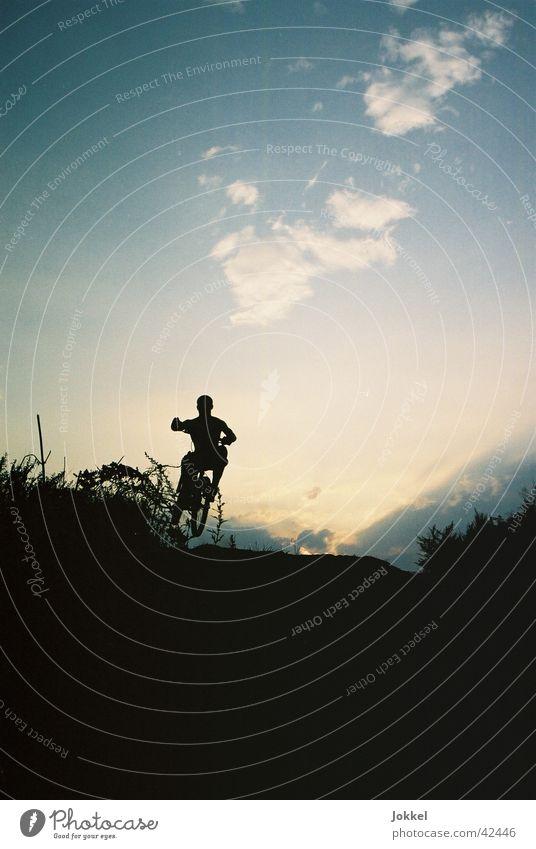 Bike in die Nacht 3 Fahrrad maskulin Junger Mann Jugendliche 1 Mensch Himmel Schönes Wetter Fahrradfahren springen Mountainbike Extremsport Farbfoto