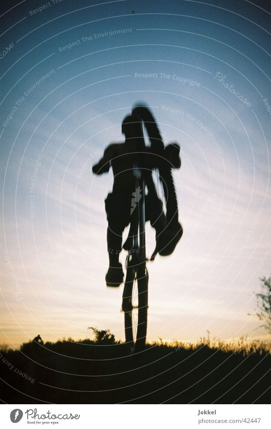 Bike in die Nacht 2 Mensch Himmel Jugendliche springen Fahrrad Schönes Wetter Fahrradfahren Mountainbike Trick Junger Mann Extremsport