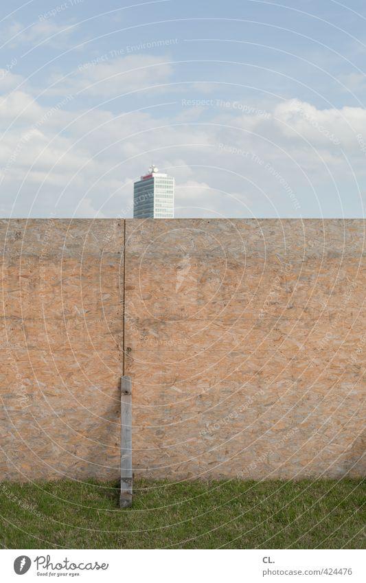 barriere Himmel Natur Stadt Wolken Umwelt Wiese Wand Gras Architektur Mauer Gebäude Fassade Hochhaus Schönes Wetter trist Sicherheit