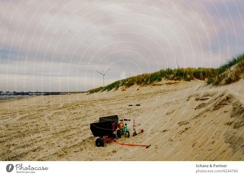 Bollerwagen, Roller und Laufrad am Strand Sandburg Sieb Siebchen spielen Urlaub Familienurlaub Erholung erholen Ferien & Urlaub & Reisen Sommer Meer Spielen