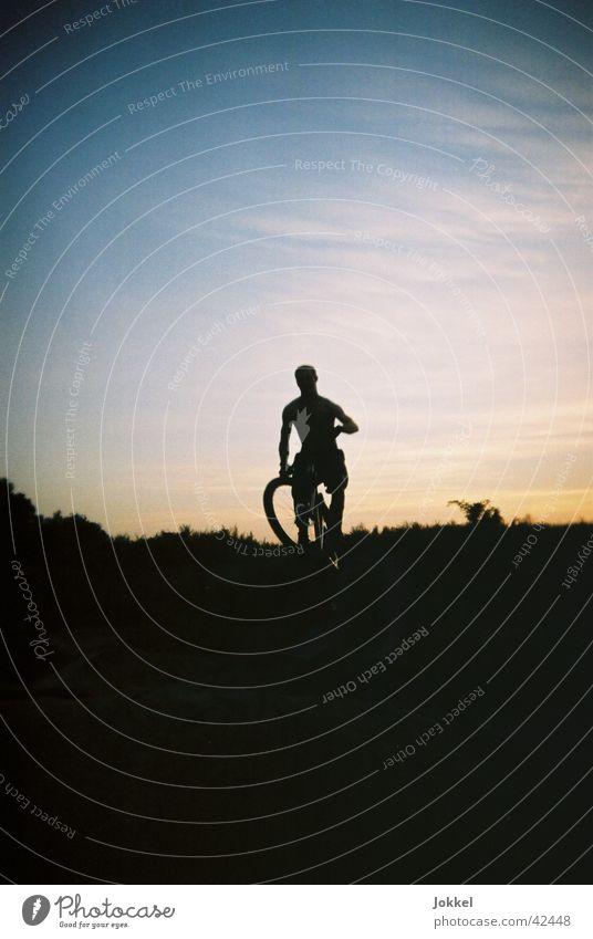 Bike in die Nacht 4 Fahrrad maskulin Junger Mann Jugendliche 1 Mensch Himmel Schönes Wetter Fahrradfahren Bewegung springen Mountainbike Extremsport Abend