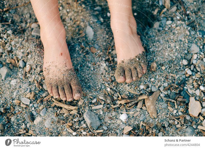 Barfuß am Flussufer barfuß Füße Sand Steinchen See Fluß Meer Kiesel Kieselsteine Urlaub Familie Strand Fuß Ferien & Urlaub & Reisen Erholung Sommer Beine