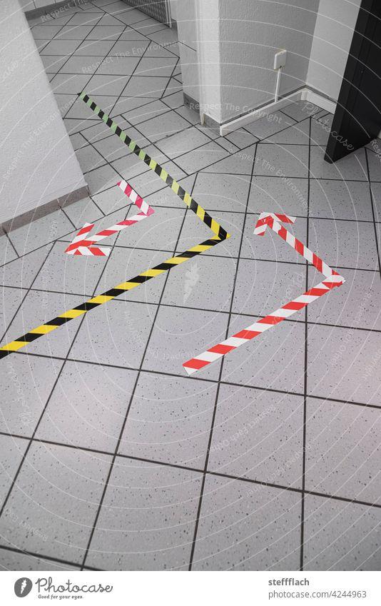 Corona konforme Wegführung zur Toilette eines Restaurants Wayfinding Wege & Pfade Linie Menschenleer Verkehrswege Restroom Schilder & Markierungen Zeichen Pfeil