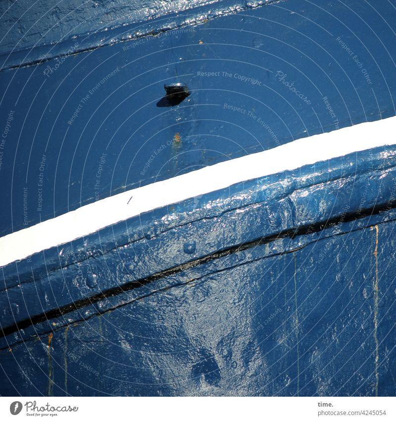 Der Haken an der Sache design bootswand sonnig metall schwung schwungvoll linie eisen maritim diagonal haken öse Nieten Bootslack glänzen dunkelblau alt