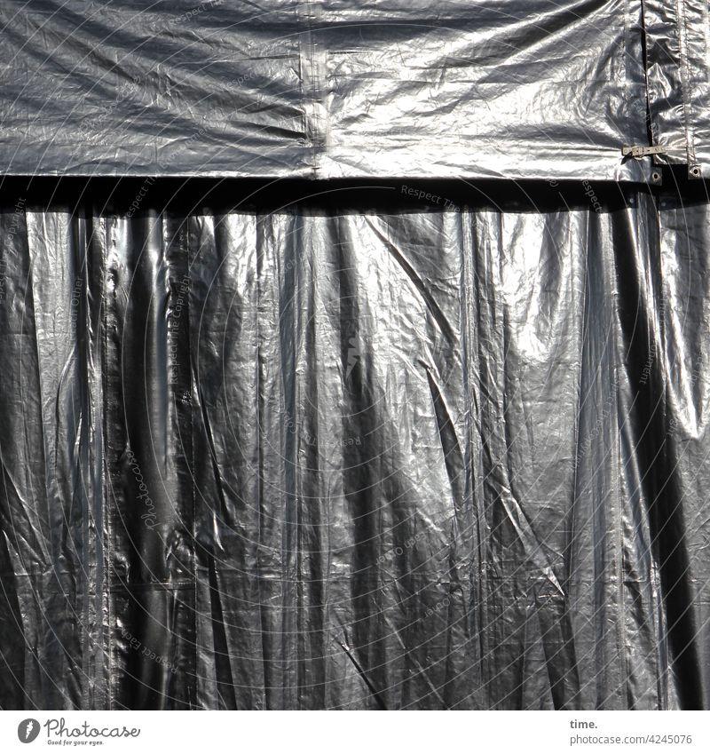 voll verplant plane folie kunststoff verhängt abgehängt anthrazit falten faltenwurf glitzern blenden naht schnalle lkw-plane verschluss