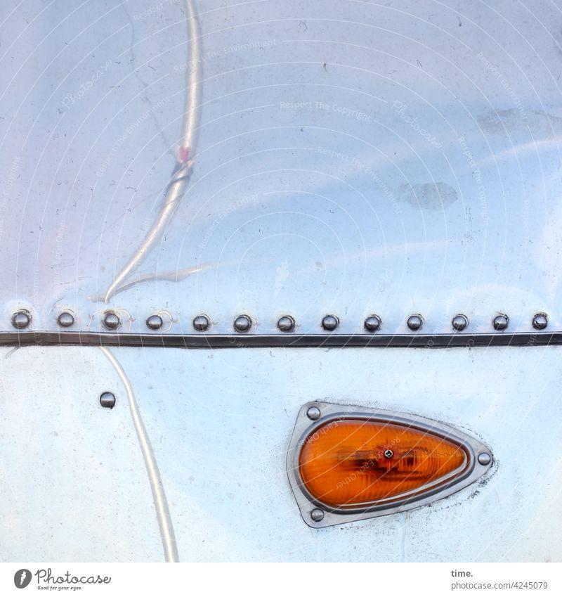 Glitz & Blinker oberfläche blinker lampe bus aluminium wohnmobil niete streifen spiegelung reflexion auto fahrzeug detail himmel außergewöhnlich stange blech