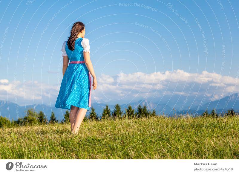 Frau in bayerischer Tracht Lifestyle Sommer Oktoberfest Mensch feminin Erwachsene 1 18-30 Jahre Jugendliche Natur Landschaft Himmel Schönes Wetter Baum