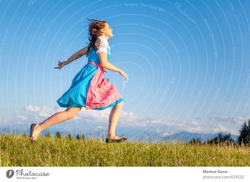 Dirndl Lifestyle Sommer Oktoberfest Mensch Junge Frau Jugendliche Erwachsene 1 18-30 Jahre Natur Mode Bekleidung laufen springen Tradition Trachtenkleid