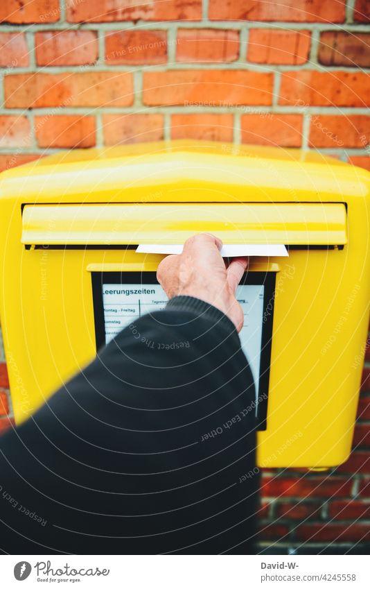 Brief in den Briefkasten werfen Post Hand gelb Briefumschlag Mitteilung Nachricht Postfach senden Information Versenden