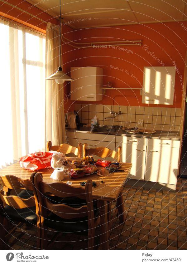 Lichtflut orange Tisch Küche Schrank