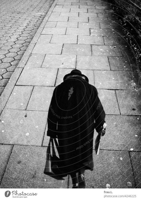 Umweg Trauer Fotomontage allein Mensch Traurigkeit traurig einsam Einsamkeit gebeugt Mantel Handtasche Hut gehen Frau Fußweg