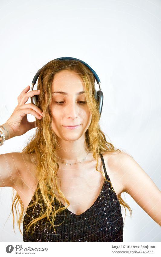 Frau hört Musik mit Kopfhörern auf weißem Hintergrund Musik hören Lifestyle Freizeit & Hobby Porträt Junge Frau Mensch genießen 1 Freude Erholung schön Glück