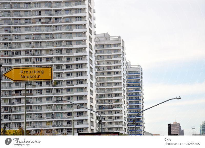 Wohnen in Berlin Hochhäuser Großstadt Balkone sozialer Wohnungsbau Kreuzung Massenunterkünfte Ampelkreuzung Straßenbeleuchtung Architektur Fassade Fenster