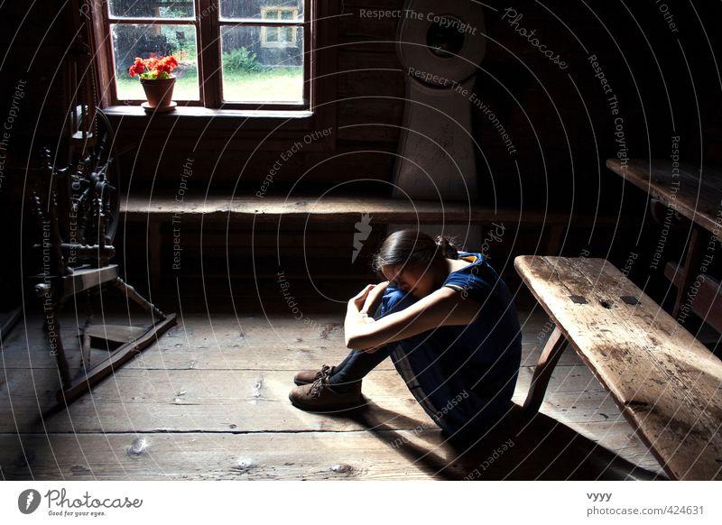 feel home Mensch Kind Jugendliche blau Einsamkeit Mädchen Junge Frau schwarz Gefühle feminin Traurigkeit natürlich träumen Stimmung Schuhe sitzen