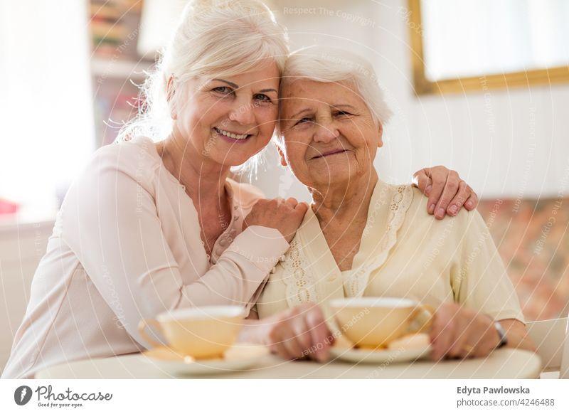 Frau verbringt Zeit mit ihrer älteren Mutter Zwei Personen Familie Tochter Liebe Unterstützung Vertrauen Dankbarkeit Hilfsbereitschaft Hilfe abstützen Pfleger