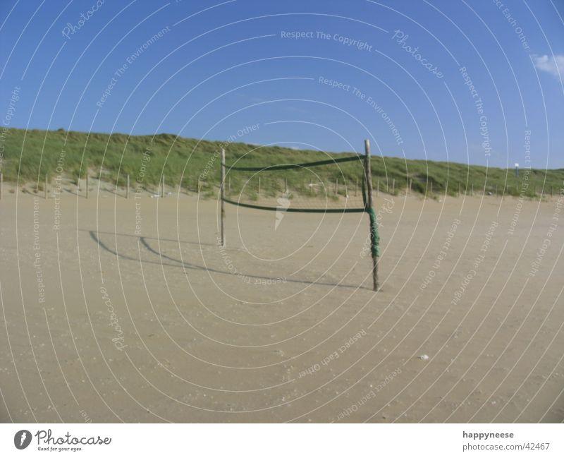 wanna play? Himmel Sonne blau Strand Ferien & Urlaub & Reisen Sport Sand leer Ball Spielfeld Volleyball
