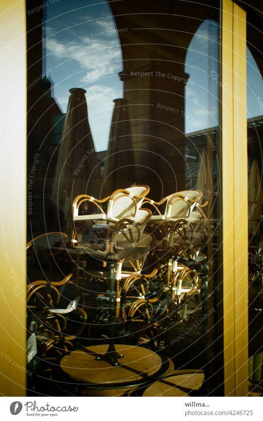 Verschlafene Außengastronomie Gastronomie geschlossen Stühle Tische Sonnenschirme leer Lockdown Corona Restaurant Straßencafé Menschenleer Café zu Gartenmöbel