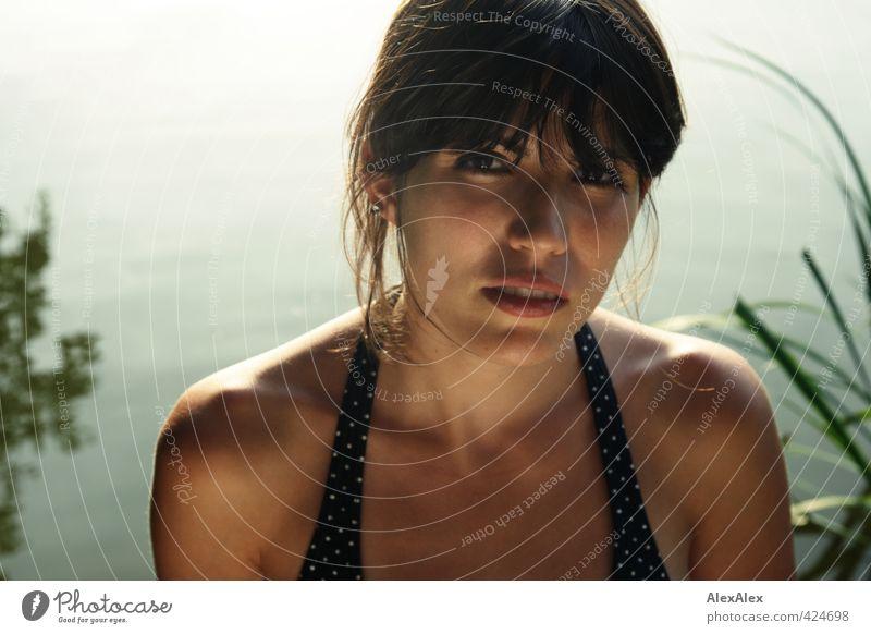 Angeln verboten! schön Junge Frau Jugendliche Haare & Frisuren Gesicht Oberkörper Schlüsselbein 18-30 Jahre Erwachsene Natur Seeufer Bikini schwarzhaarig