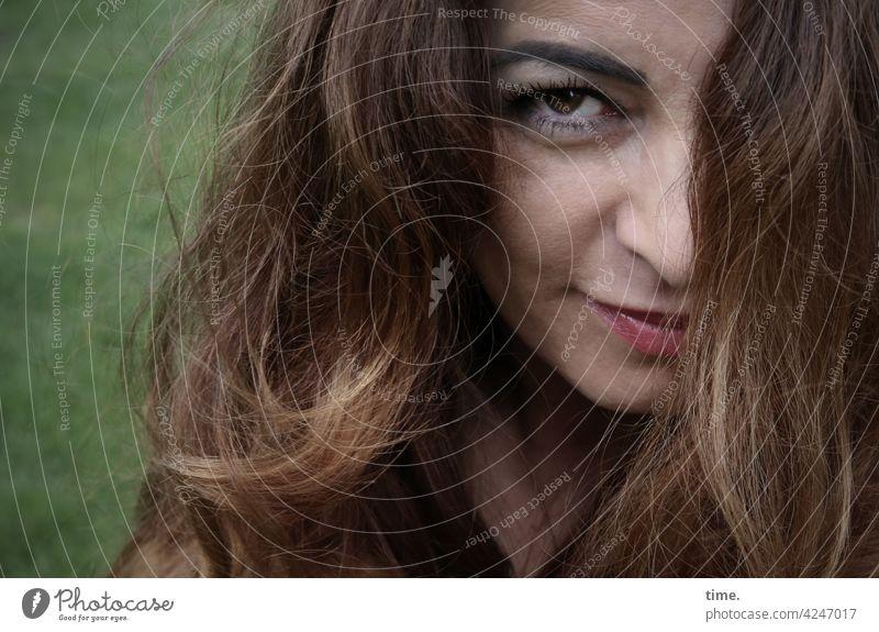 Arzu Blick nach vorn Porträt Interesse Neugier schön warten beobachten langhaarig feminin brünett lächeln skeptisch intensiv Intensität