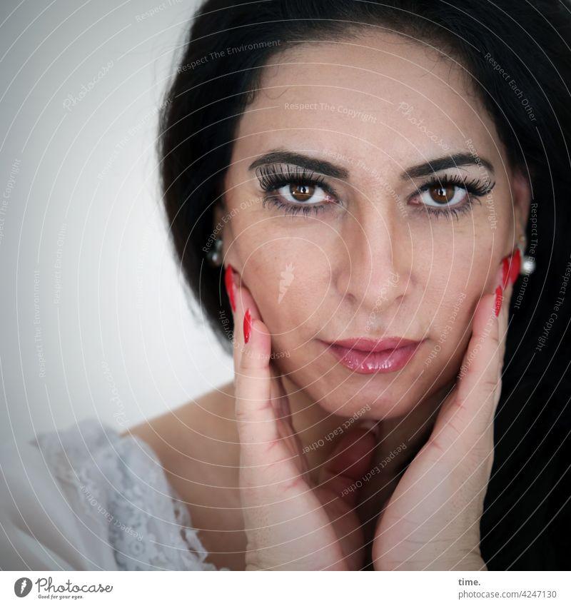 Arzu Blick nach vorn Porträt Interesse Neugier schön warten beobachten langhaarig feminin skeptisch intensiv Intensität halten hände schminke