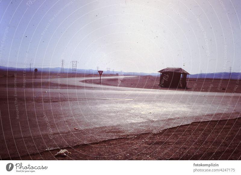 Straßenkreuzung in der Wüste Verkehrsschild Verkehrswege Menschenleer Wege & Pfade Nirgendwo Warnschild wüst Lee Verlassenheit Atmosphäre Ausflug Abenteuer