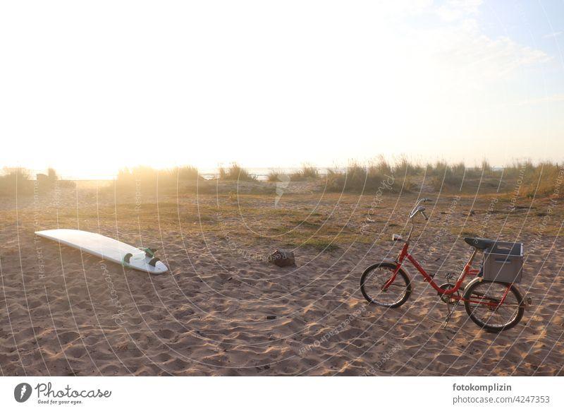 Surfbrett und rotes Klapprad am Strand surfen Surfen Wassersport Rad Fahrrad Bewegung Freizeit & Hobby Ferien & Urlaub & Reisen Sommer Meer Aktivität