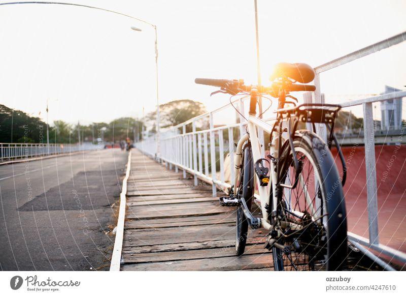 Fahrradparken auf der Seitenbrücke Brücke Brückengeländer Transport im Freien Sport Zyklus urban Lifestyle Großstadt Sommer Verkehr Fahrzeug Reiten altehrwürdig