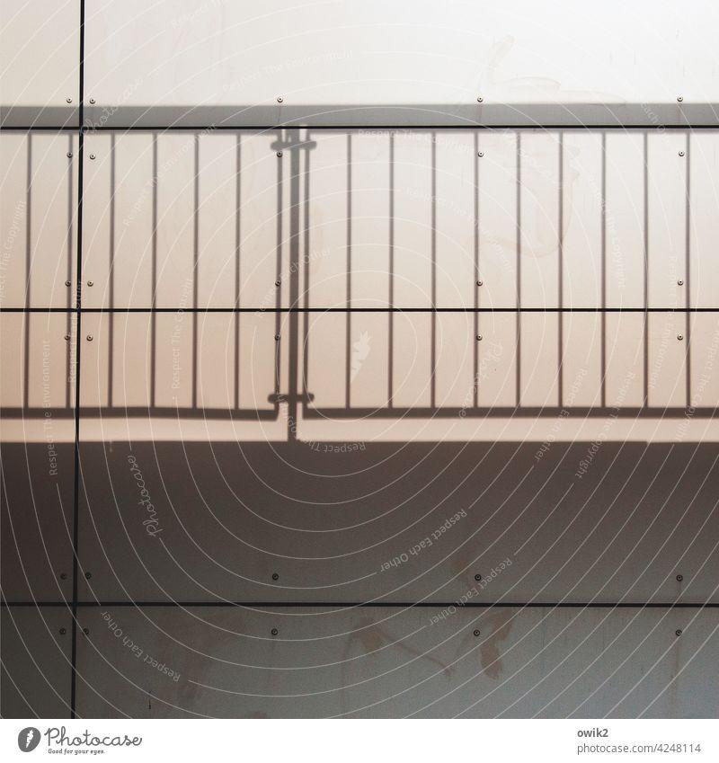 Gelände Metall Bauwerk Architektur oben eckig Mauer Farbfoto Menschenleer Totale Sonnenlicht Schatten Detailaufnahme Außenaufnahme Kontrast einfach