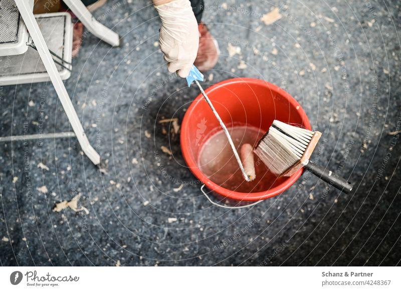 Kleisterrolle im roten Eimer Renovieren streichen tepezieren Renovierung Pinsel Farbrolle Leiter heimwerken Heimwerker Innenaufnahme Farbe