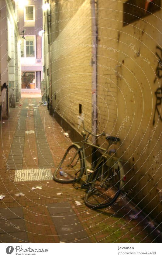 Ein Fahrrad im Nirgendwo Amsterdam Nacht Stadt Niederlande vergessen historisch Güterverkehr & Logistik dreckig