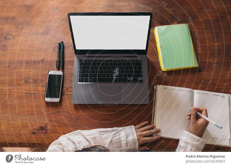junge frau arbeitet zu hause. laptop notebook mobil. ansicht von oben Laptop Notebook Computer heimwärts Frau Business Menschen Mobile Technik & Technologie