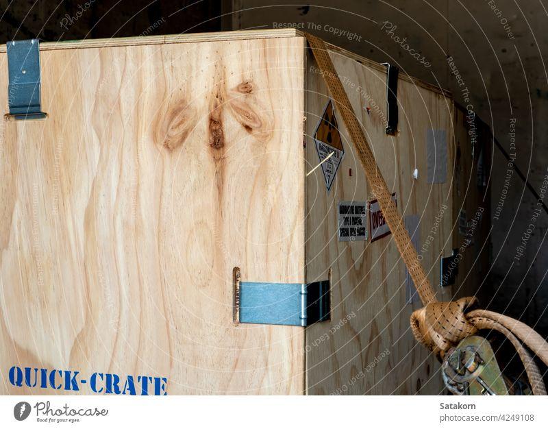 Strahlungsetikett neben der Transport-Holzkiste Typ-A-Verpackung Kiste hölzern Kasten radioaktiv Paket Zeichen Gefahr gefährlich Aufkleber industriell