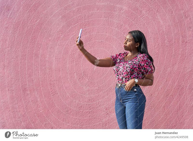 Junge Afro-Frau, die ein Selfie mit ihrem Smartphone macht Schönheit jung Afro-Look unter Afroamerikaner Afrikanisch schwarze Frau Selbst Amerikaner