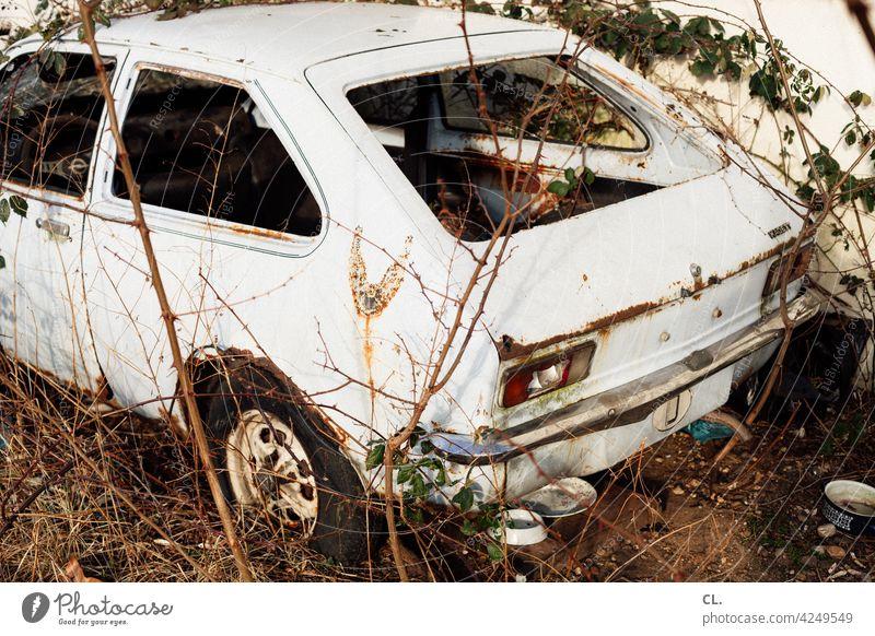 schrott Schrott Auto PKW Schrottplatz schrottreif alt kaputt Vergänglichkeit Verfall Autowrack Rost Zerstörung