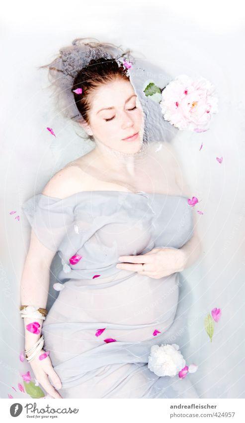 die bezaubernde miss i. feminin Junge Frau Jugendliche Mutter Erwachsene Leben 18-30 Jahre Kleid Accessoire brünett langhaarig Wasser Schwimmen & Baden berühren