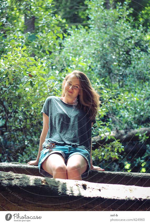 Mensch Natur Jugendliche schön Sommer Baum Freude Junge Frau Erwachsene 18-30 Jahre feminin Gesundheit natürlich Park sitzen Zufriedenheit