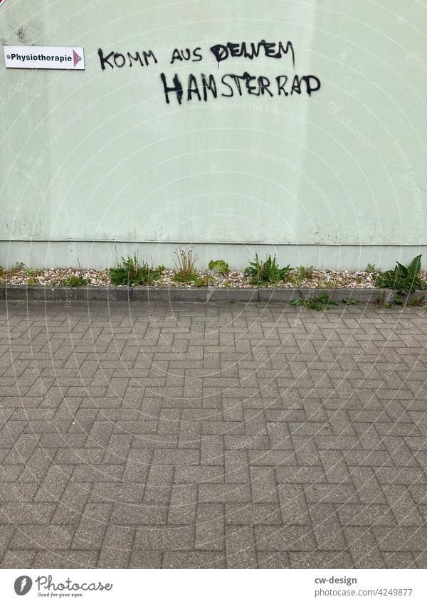 Komm aus deinem Hamsterrad - Physiotherapie Fassade Graffiti Schmiererei Alltagsfotografie Alltagsleben alltag ade alltagsstress alltägliches Leben entkommen