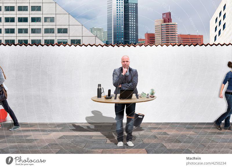 Mann mit mobilem Arbeitsplatz im Außenbereich 35-40 Jahre 40-45 Jahre Bauchladen Bauwerke Beruf Business Businessmann Büro Bürogebäude Computer