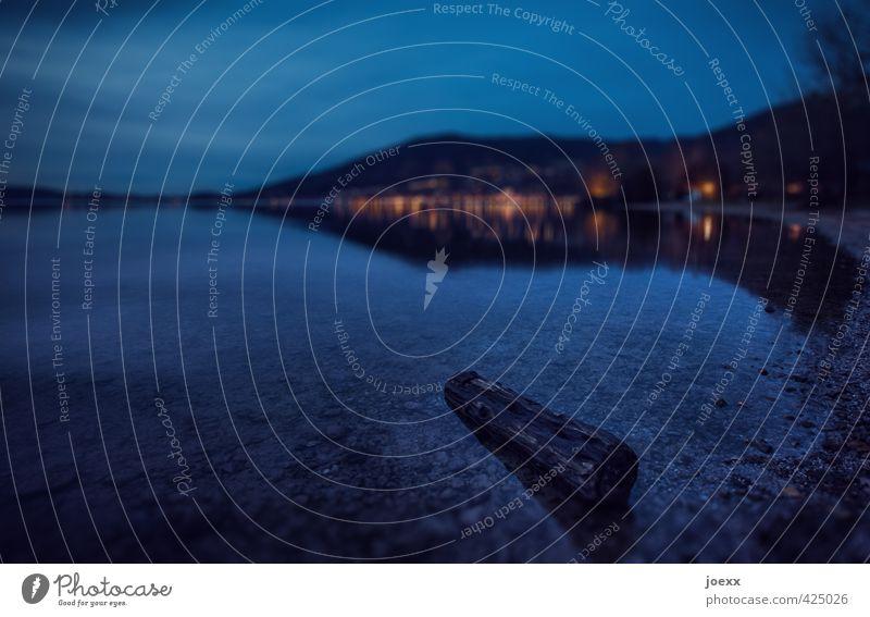 Treibholz Landschaft Wasser Himmel Wolken Horizont Baum Berge u. Gebirge Seeufer alt kalt blau orange schwarz Wandel & Veränderung Baumstamm Farbfoto